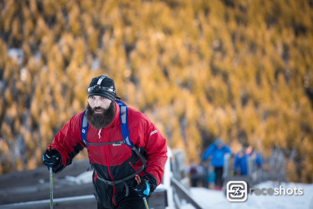 Náročný výstup po severní sjezdovce Lysé Hory při závodu LH24 2017