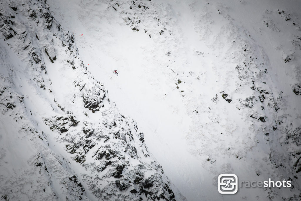 Náročný sjezd žlabem v rámci skialpového závodu v Nízkých Tatrách